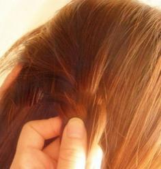 好看又凸显时尚的女生长发发型扎法