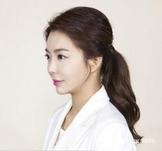 韩式蓬松马尾辫扎法 让你甜美与妩媚并存