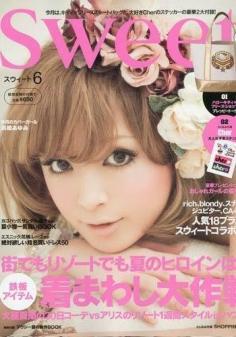 看杂志 欣赏女孩流行发型 温暖可爱