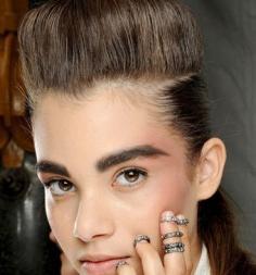跟发型师学简单盘发技巧 最新梳头发型助你抢尽风头
