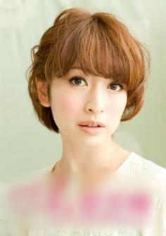 斜刘海短发发型扎法 为你的短发增添时尚元素