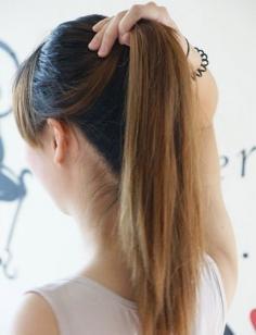 美发达人示范:直发丸子头的扎法图解