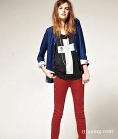 红色裤子怎么配上衣 简单搭配穿出你的风格