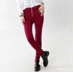 玫红色裤子搭配什么颜色上衣好看 亮丽且夺目