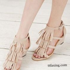 女士英伦凉鞋搭配 塑造完美腿型