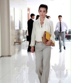 李冰冰《我愿意》新近优雅职业装扮 演绎职场时尚