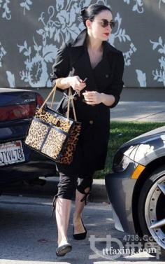 平底鞋如何搭配 脱衣舞娘蒂塔万提斯告诉你其中的美搭